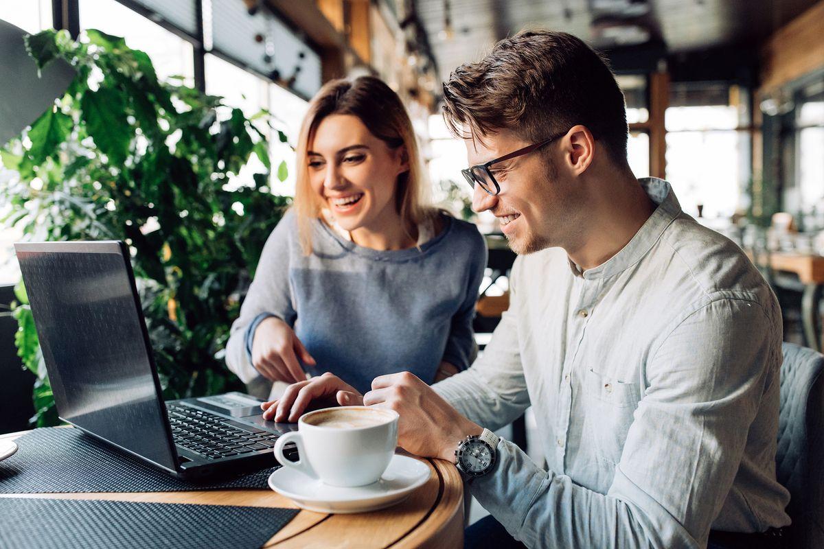Un couple heureux devant un ordinateur
