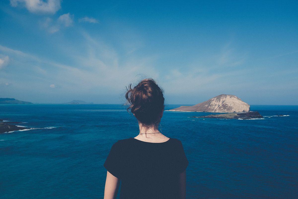 Une femme face à la mer