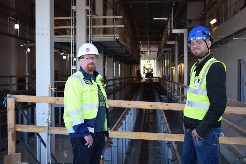 Tuomo Lehtola ja Markus Laine Škoda Transtechilta Tampereen raitiovaunuvarikolla