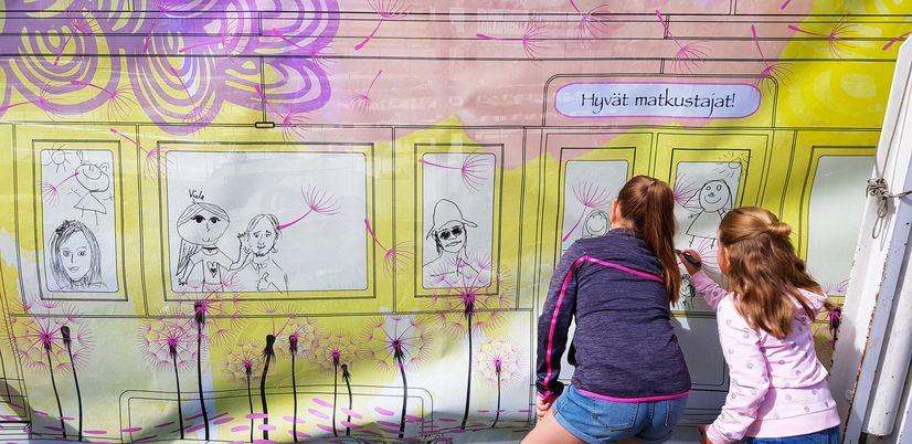 Ratikan väliaikaisen taiteen pop-up -tapahtuma Tampereen rautatieasemalla.