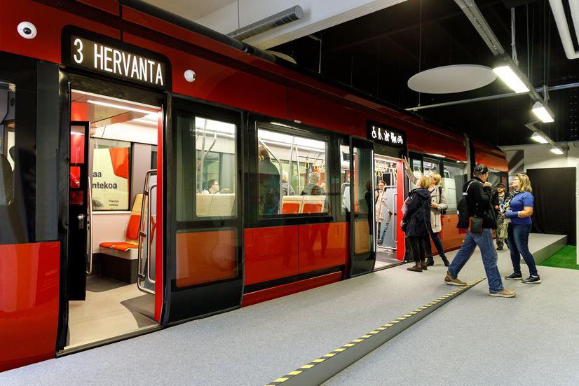 Tampereen Ratikan maketti ja näyttelyvieraita rollikkahallilla