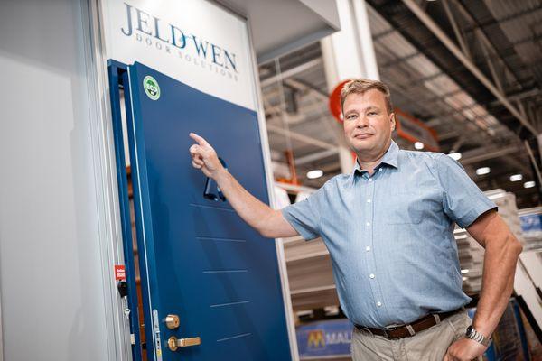 Kuvassa Jeld-Wen Suomi Oy:n toimitusjohtaja Mauri Ruhanen, joka korostaa vastuullisen logistiikan ja tuotteiden merkitystä.