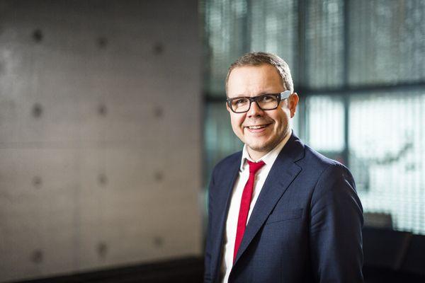 """Lappeenrannan-Lahden Teknillisen yliopiston LUT:in rehtori Juha-Matti """"Juhis"""" Saksa hymyilee."""