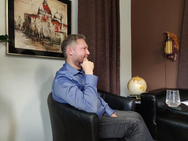 A&A Consulting Oy:n Aarre Pohjola istuu mustassa nojatuolissa.