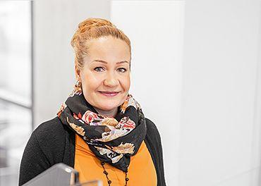 Logistiikkayritys Alfarocin toimitusjohtaja Tiia Bister hymyilee porraskäytävässä