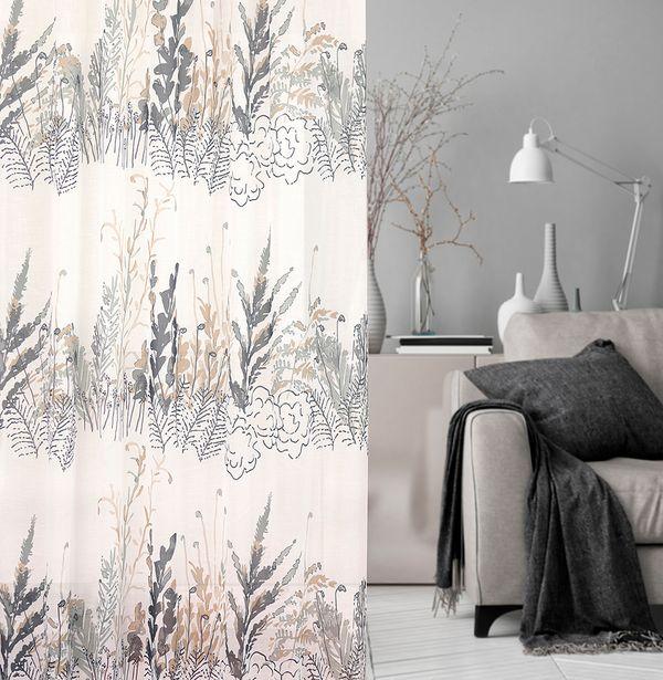 Kuvassa kuviollinen verhokangas sekä näkymä malliolohuoneeseen, jossa sohvalla torkkupeitto ja tyyny.