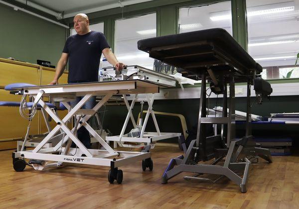 Fysioline Productionin toimitusjohtaja Mika Ora seisoo Fysra Vet -hoitopöytien takana.