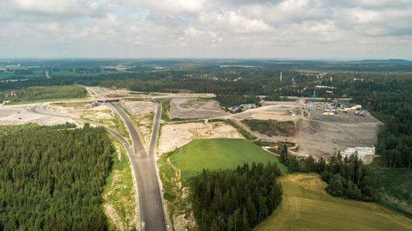 Ilmakuva, jossa näkyy Hopeakallion yritysalue, Matkakeidas ja vt12 Lahden eteläisen kehätien liittymä.