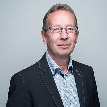 Markkinointijohtaja Jarmo Lilja potrettikuvssa pikkutakki päällä.