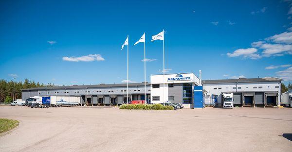 Kaukokiidon Hollolan Kukokoivussa sijaitseva terminaalirakennus ja sen edustalla rekkoja.