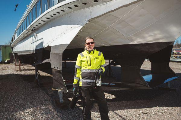 Dieselbar Oy:n omistaja, toimitusjohtaja Harri Hvitsjö toimittaa tuoretta polttoainetta sinne missä tarvitaan ja torjuu dieselbakteerin tuottamia ongelmia.