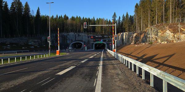 Vt12 kehätien kaksi tunneliaukkoa Liipolan kaupunginosassa..
