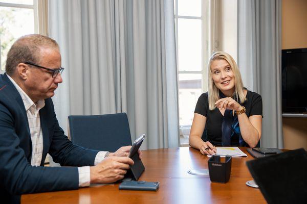 Lahden kaupunginjohtaja Pekka Timonen ja Päijät-Hämeen maakuntajohtaja Laura Leppänen istuvat kaupungintalolla pyöreän pöydän ääressä.
