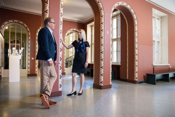 Kaupunginjohtaja Timonen ja maakuntajohtaja Leppänen keskustelevat Lahden kaupungintalon ala-aulassa.