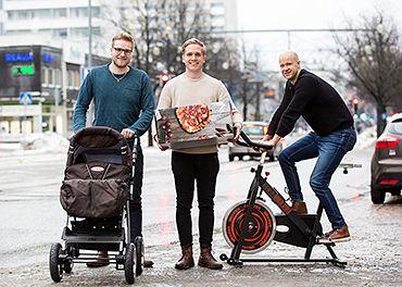 Preecon yrittäjät kadulla, yksi työntää vanuja, yhdellä pizzalaatikko ja yksi ajaa istuu kuntopyörän päällä.