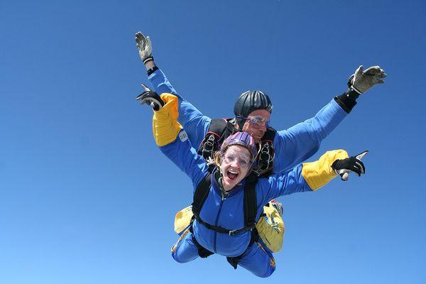 Nervenkitzel beim Fallschirm-Tandemsprung