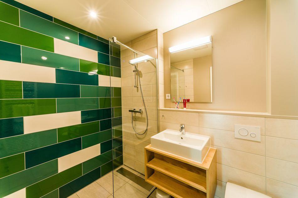Grün-weiße Oase: Auch das Badezimmer ist echt schick geworden.