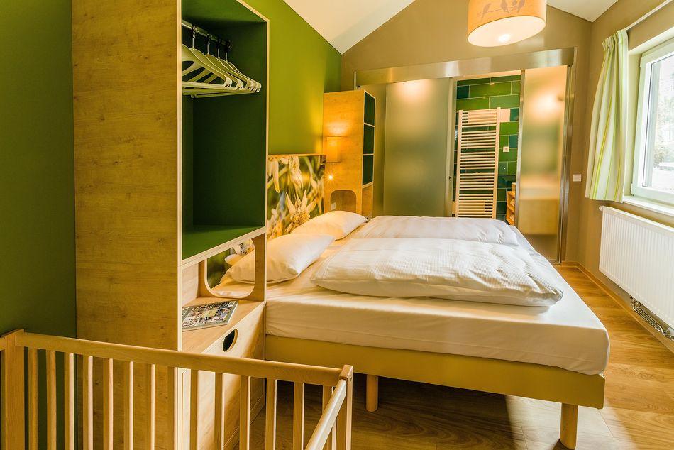Eines der Schlafzimmer im 6-Personen-Comfort-Ferienhaus besitzt sogar ein En-suite-Bad.