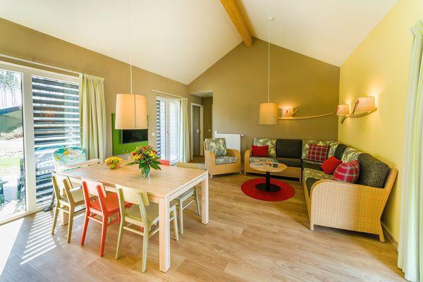 Der Wohn- und Essbereich in gemütlich-verspielten Farben.