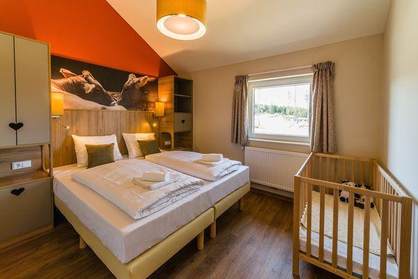 Allgäuer Flair und viel Platz: die Schlafzimmer im Premium-Ferienhaus.