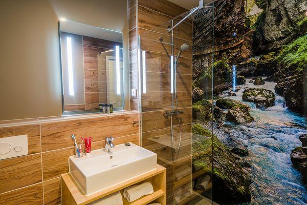 Duschen vor einem Gebirgsbach können Sie in den VIP-Ferienhäusern in Park Allgäu.