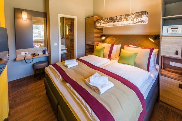 Das Schlafzimmer im VIP-Ferienhaus in Park Allgäu mit En-suite-Bad.