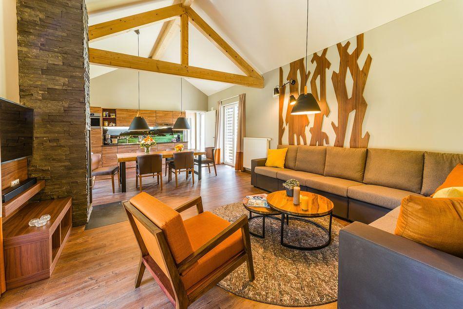 Der Blick vom Wohnbereich Richtung Küche und Esstisch.