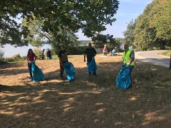 Eine unserer Müllsammelgruppen säubert das Ufer des Bostalsees.