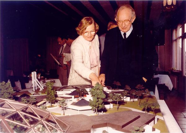 Center Parcs-Gründer Piet Derksen mit seiner Frau vor einem Modell des Parkzentrums von Het Heijderbos