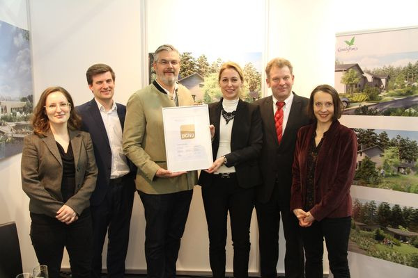Frank Daemen, Managing Director Center Parcs Deutschland (Dritter v. l.), nimmt das DGNB-Vorzertifikat in Gold entgegen