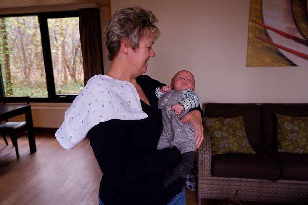 Doppelt gemütlich: Benedikt in Omas Armen im Ferienhaus
