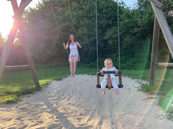 Mama schaukelt mit Sohnemann Benedikt
