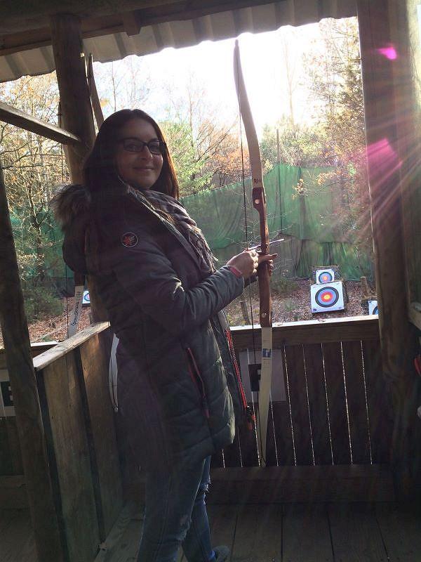 Tanja hat Spaß beim Bogenschießen