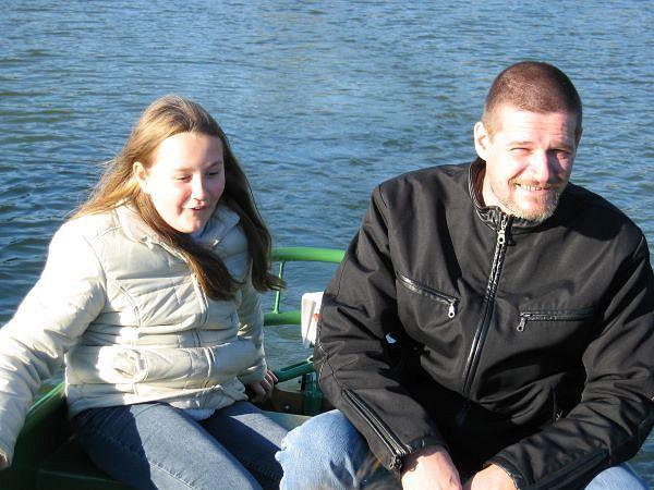 Jackie und Papa Andreas haben Spaß beim Tretbootfahren