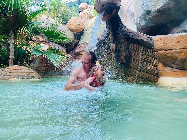 Papa Kevin und Hanna haben Spaß im Aqua Mundo