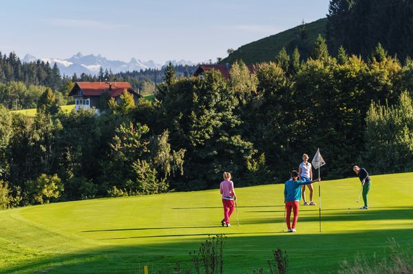 Urlauben in Park Allgäu, Golfen vor imposantem Alpenpanorama