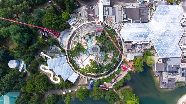 Die Bauarbeiten an der Aqua Mundo-Kuppel aus der Luft betrachtet
