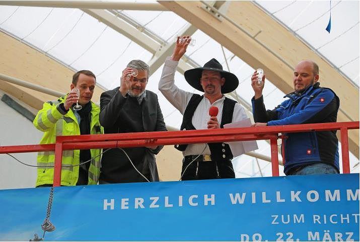 Bild (v.l.n.r.): Dim Hemeltjen (Bauleiter), Frank Daemen (Managing Director Center Parcs Germany), Harald Steiner (Firma Hebel & Kutter) und Matthias Hämmerle (Firma Josef Hebel). © Simon Nill/Schwäbische Zeitung