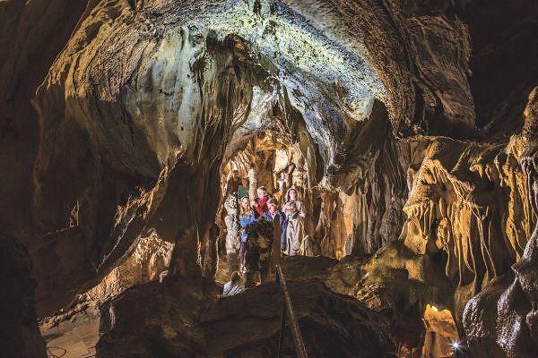 Erkunden Sie die Höhlen und ihre Geschichten.
