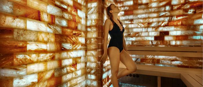 femme dans une cabine de sel en maillot de bain