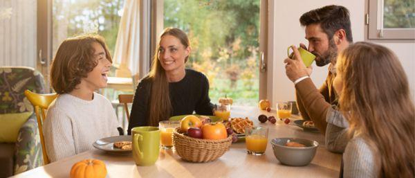 Petit déjeuner dans cottage avec famille