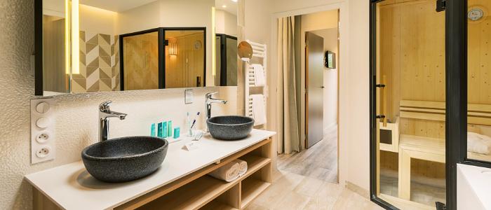salle de bain cottage exclusive avec un sauna