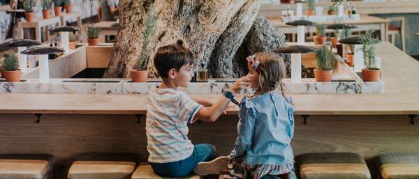 Des enfants jouent ensemble en attendant le déjeuner