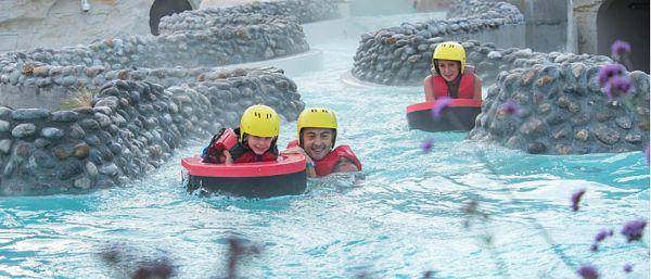 Une famille s'amuse dans l'Aqua Speed dans La Rivière sauvage