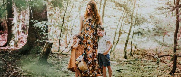 Une famille : une maman avec ses deux enfants dans la forêt