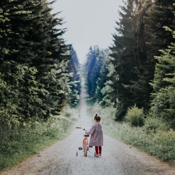 Petite fille vélo Center parcs Les Trois Forêts