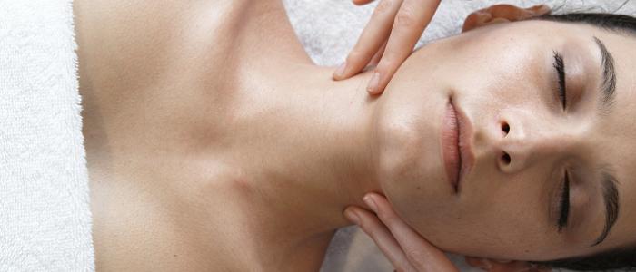 Femme allongée entrain de se faire masser le cou
