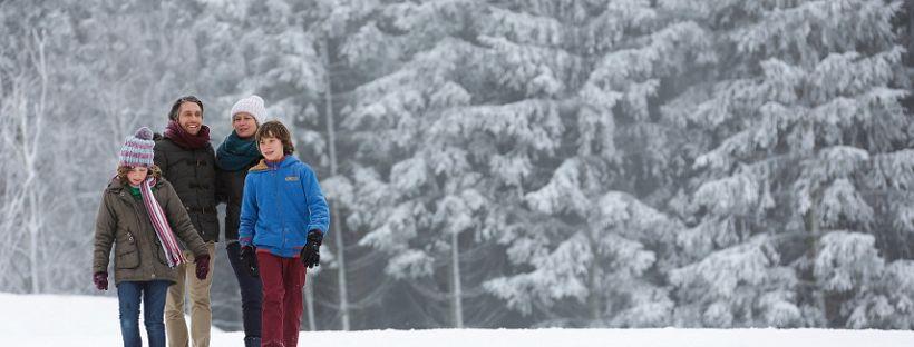 balade sous la neige en hiver en famille