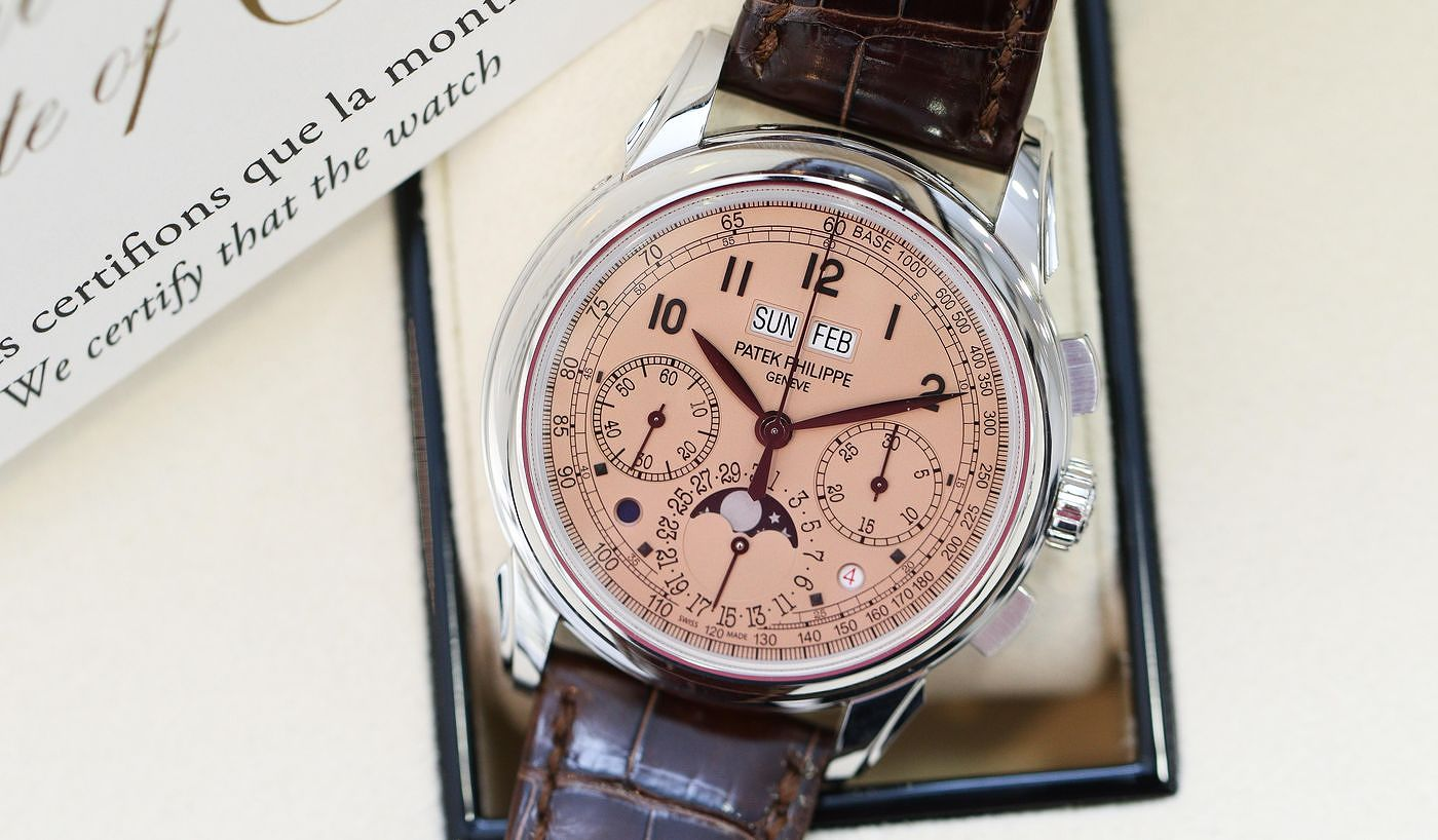 「Salmon」錶盤風靡全球,但它並非新事。香港《Revolution》鐘錶雜誌數碼媒體編輯Kevin Cureau透過富藝斯《名錶薈萃─香港X》拍品,記載這款錶盤顏色在二十世紀和二十一世紀製錶業的地位。