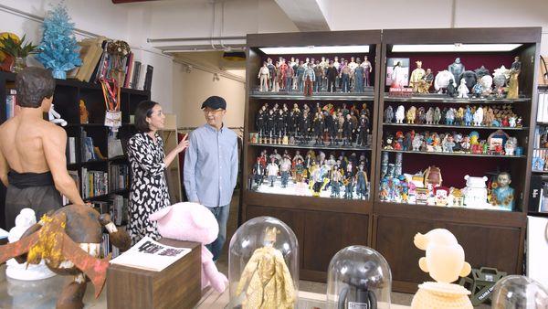 富藝斯為慶祝香港成立五週年,特別製作了《香港製造》系列,邀請多媒體藝術家蘇勳(Eric So)作對話,一同探索藝術公仔的誕生和香港所扮演的角色